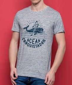T-shirt à col rond Ocean Conquistador par Flowhynot
